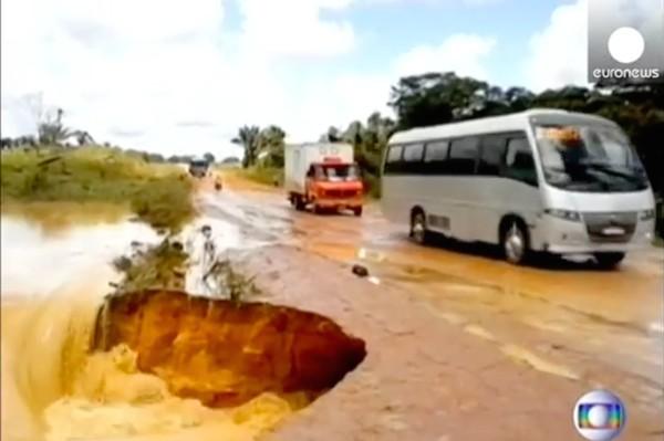 バスがシンクホールに落ち、濁流に飲み込まれるに関連した画像-02