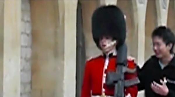 アジア人観光客が英国近衛兵をおちょくり、ライフルを向けられるに関連した画像-03