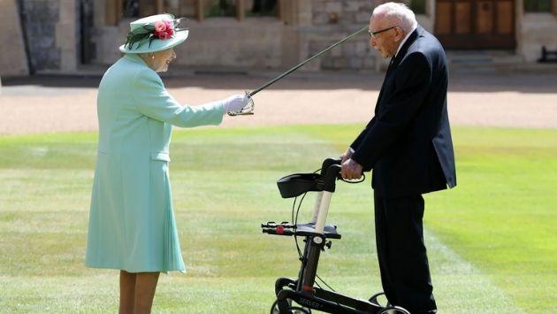 イギリス トム・ムーア大尉 エリザベス女王に関連した画像-01