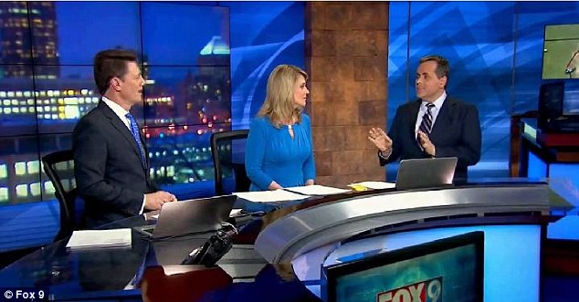 ミネソタの気象予報士、生放送中にスーツからハンガーを見つけるに関連した画像-01