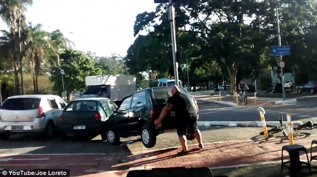 自転車レーンをふさぐ邪魔な車を持ち上げ動かす市民に関連した画像-04