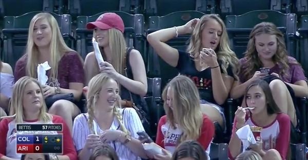 スマホに夢中の野球観戦女子に実況者が悲鳴に関連した画像-07