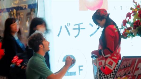 東京で知らない女性に片っ端からプロポーズしまくった外国人に関連した画像-02
