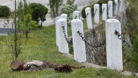 寝ている北朝鮮軍兵士 : 北朝鮮...