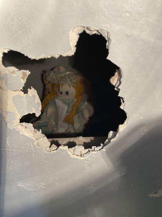 恐怖の人形 イギリス 壁
