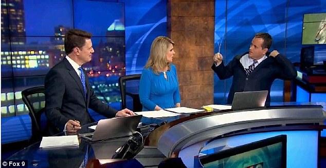 ミネソタの気象予報士、生放送中にスーツからハンガーを見つけるに関連した画像-03