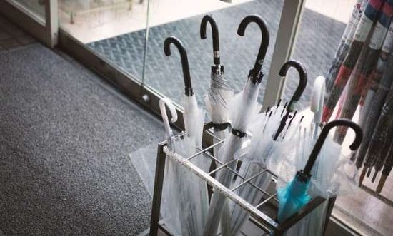 """日本人は傘を""""借りパク""""するけど、これアリなの?に関連した画像-01"""