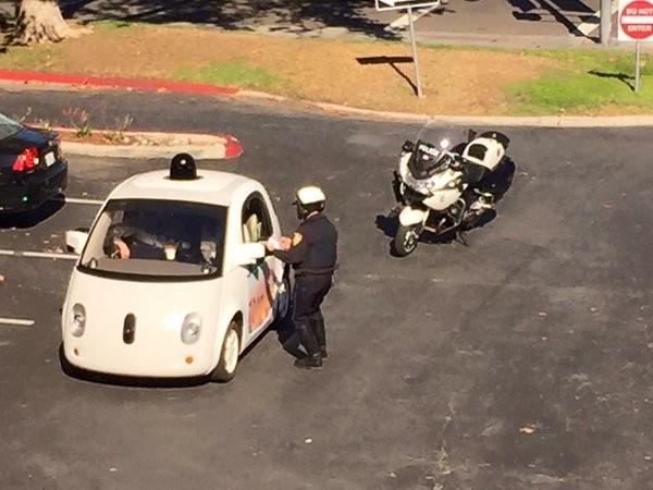 Googleの自動運転車、ノロすぎて白バイに止められるに関連した画像-02