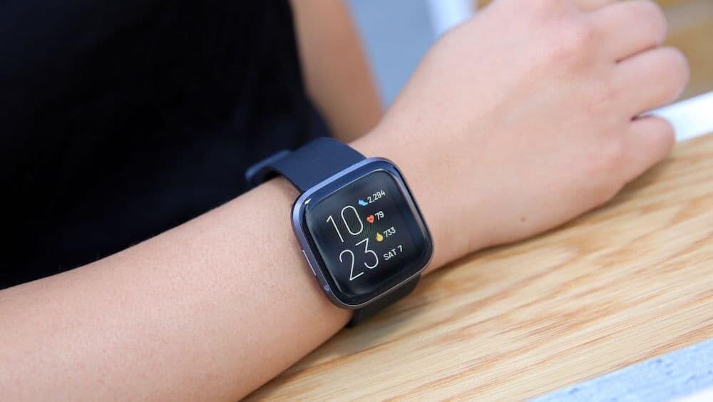 イギリス Fitbit スマートウォッチ 浮気 デート専門家