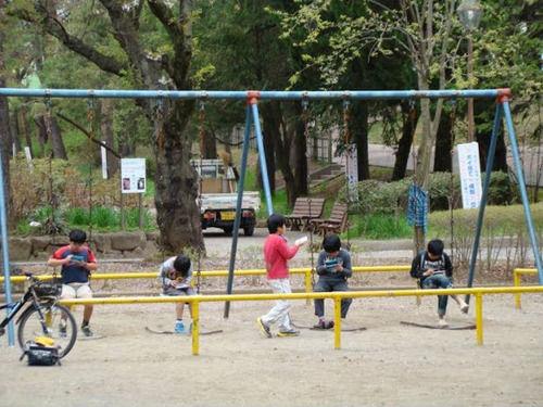 外で楽しく遊ぶ日本の子供たちに関連した画像-02