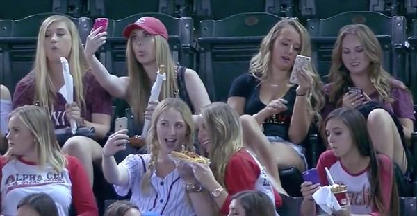 スマホに夢中の野球観戦女子に実況者が悲鳴に関連した画像-01