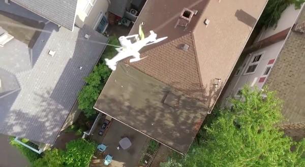 隣人の屋根上にドローンが墜落!別のドローンで救出に関連した画像-06