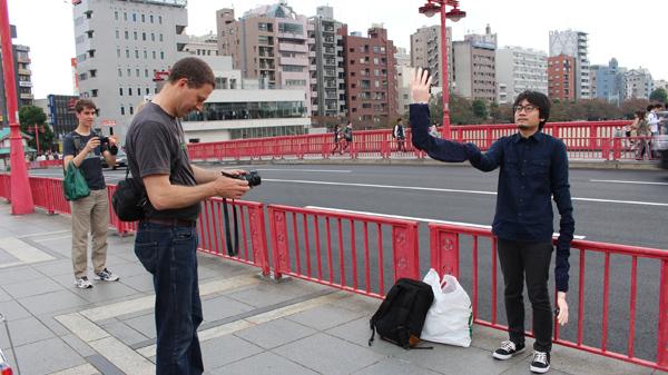 自撮り棒が恥ずかしい日本人男性、腕を長くすることを思いつくに関連した画像-11