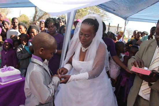 9歳の少年が62歳の女性と結婚に関連した画像-04