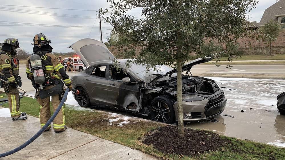 テスラ モデルS 爆発 火災 電気自動車