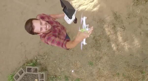 隣人の屋根上にドローンが墜落!別のドローンで救出に関連した画像-07