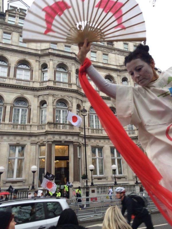 ロンドンの日本大使館前でイルカ漁反対の抗議活動に関連した画像-09