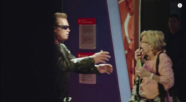 シュワちゃん、蝋人形に扮して観光客をドッキリに関連した画像-05
