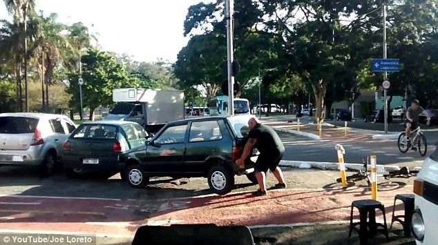 自転車レーンをふさぐ邪魔な車を持ち上げ動かす市民に関連した画像-05