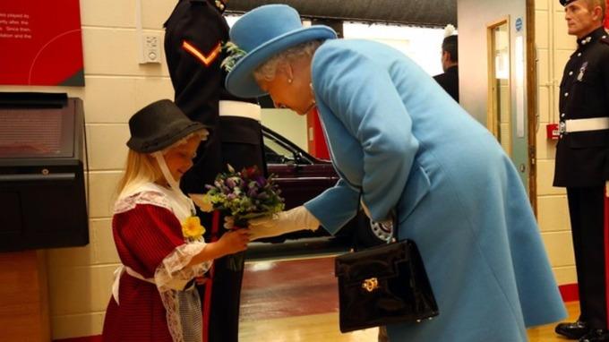 エリザベス女王に敬礼した衛兵の手が女の子の頭を直撃に関連した画像-01