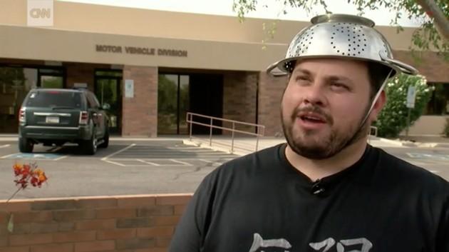 「パスタの水切り器」を頭にかぶった運転免許証に関連した画像-01