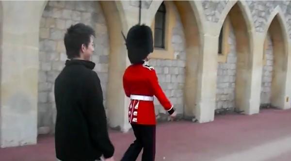 アジア人観光客が英国近衛兵をおちょくり、ライフルを向けられるに関連した画像-01