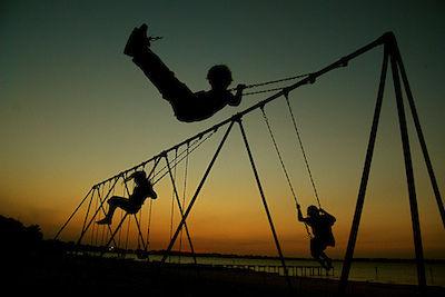 外で楽しく遊ぶ日本の子供たちに関連した画像-01