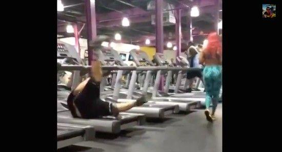 【爆笑映像】ジムのランニングマシンで転倒した男性、ごまかし方がプロすぎるwwwwwwwww