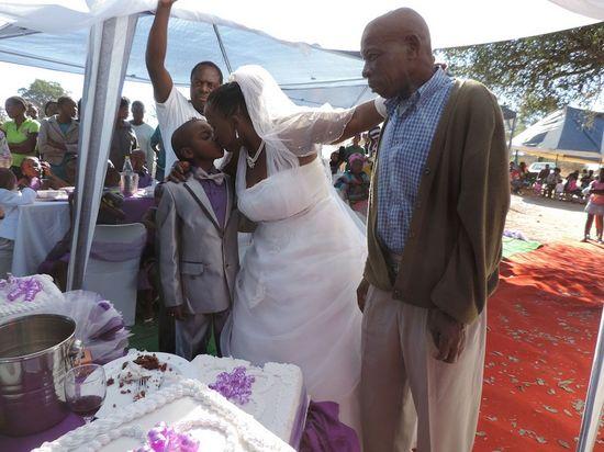 9歳の少年が62歳の女性と結婚に関連した画像-02