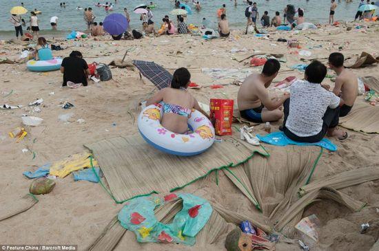 中国の海水浴場がゴミだらけで、外国人唖然に関連した画像-06
