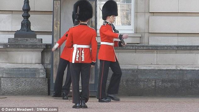 バッキンガム宮殿の衛兵転倒に関連した画像-03
