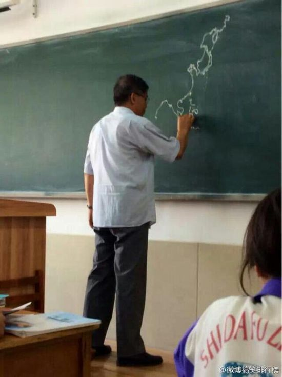 黒板にフリーハンドで世界地図を描いていく先生に関連した画像-02
