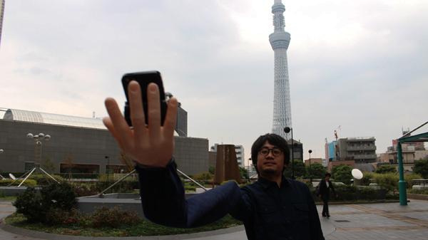 自撮り棒が恥ずかしい日本人男性、腕を長くすることを思いつくに関連した画像-10