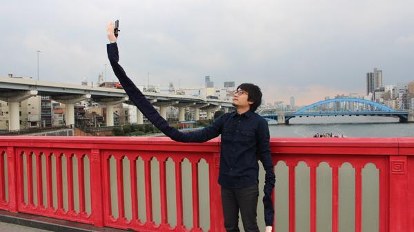 自撮り棒が恥ずかしい日本人男性、腕を長くすることを思いつくに関連した画像-06