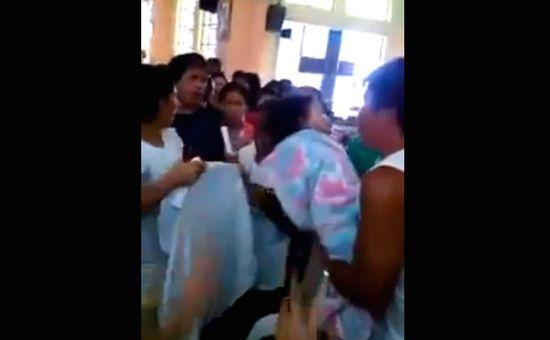 自分の葬儀で目を覚ましたフィリピン人の幼児に関連した画像-01