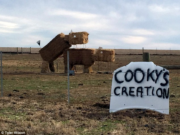 干し草で作った牛の芸術作品に関連した画像-02