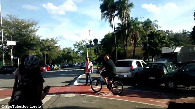 自転車レーンをふさぐ邪魔な車を持ち上げ動かす市民に関連した画像-06