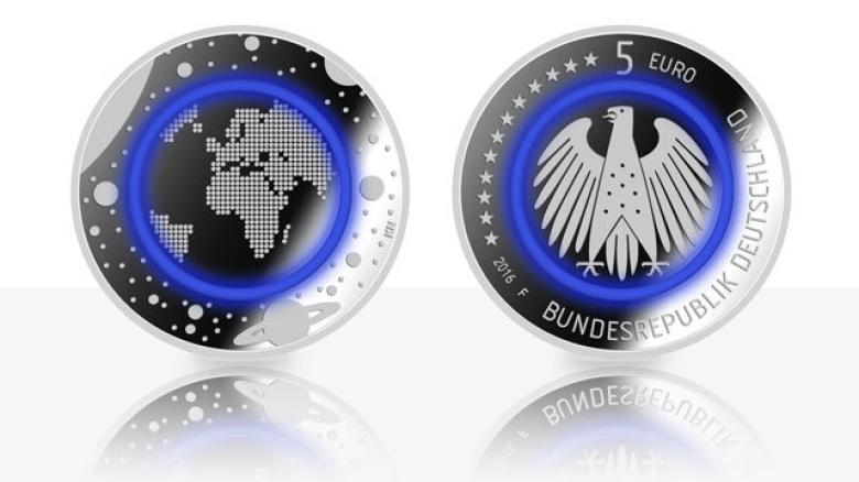 Blau-leuchtende-Euro-Muenzen