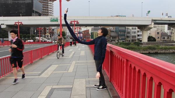 自撮り棒が恥ずかしい日本人男性、腕を長くすることを思いつくに関連した画像-01
