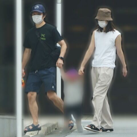 【女性セブン】渡部建&佐々木希 親子3人で手つなぎ散歩、仲睦まじい姿(画像あり)
