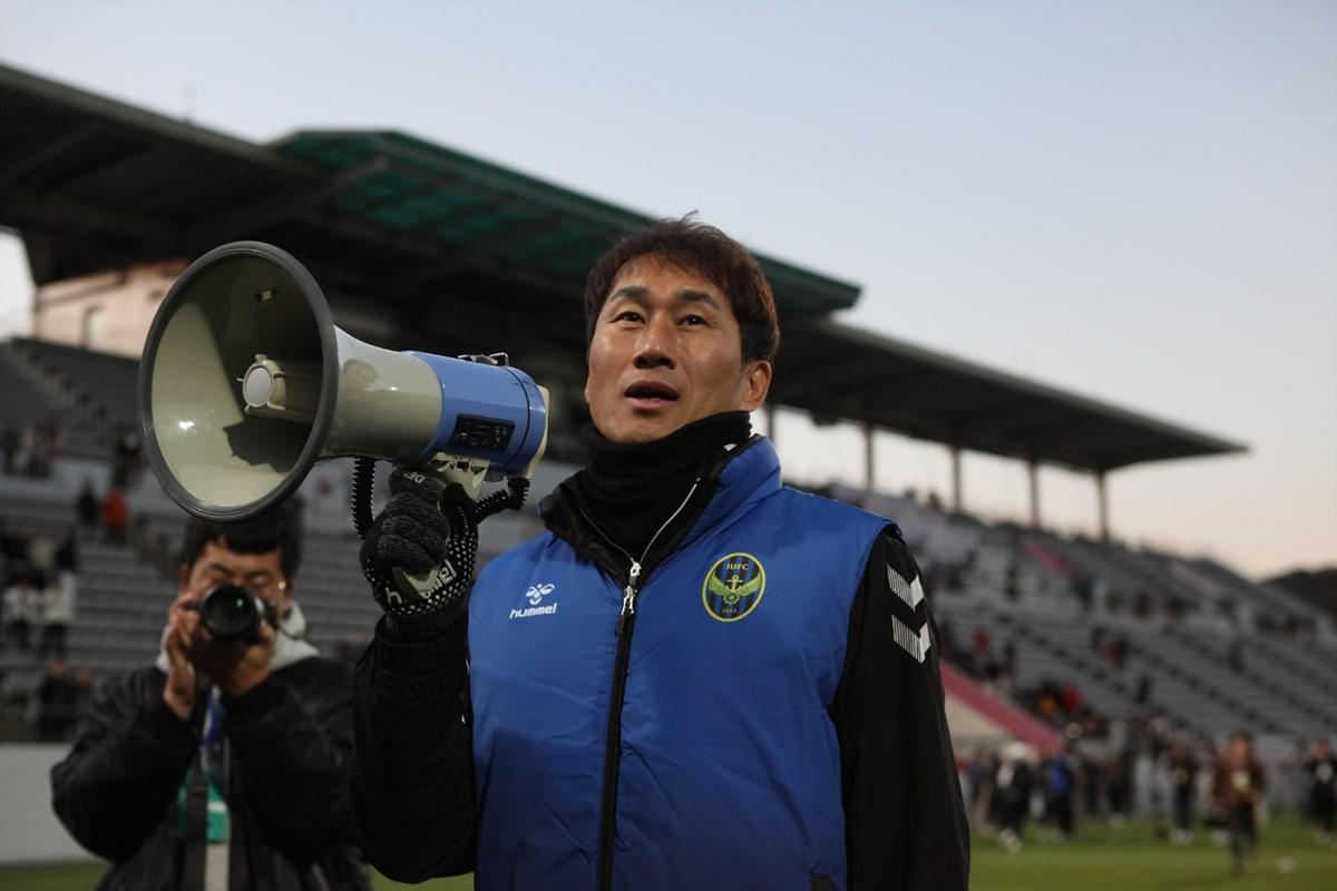 チームの残留とすい臓がん克服を誓った元Jリーガーユ・サンチョル監督 仁川ユナイテッドを1部残留に導く