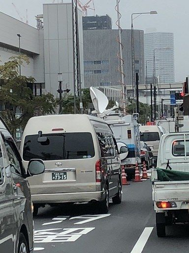 朝日新聞「豊洲市場で大渋滞!使い勝手が悪い」→渋滞の原因はマスコミ車両の路駐