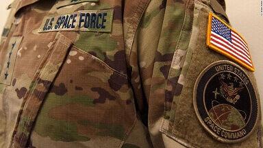 新設のアメリカ宇宙軍が軍服を発表、迷彩柄で炎上「宇宙で迷彩? 税金の浪費だ」