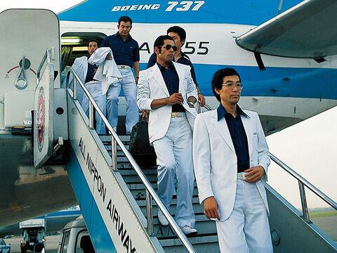 昭和の広島東洋カープ選手が東京に降り立った時の写真wwwxwwwxwwwx