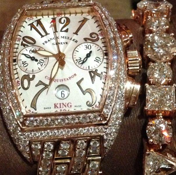 さっきの巨大ダイアだけじゃキラキラが足りなかったらしく、 きらっきらの時計もつけちゃうメイウェザーさん