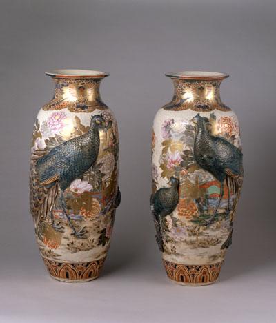 高浮彫孔雀ニ牡丹大花瓶
