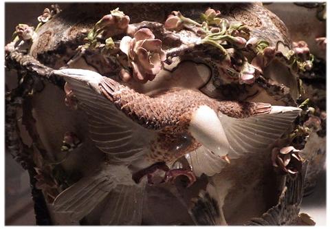 高浮彫桜ニ鳩飾皿