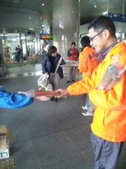 h23イ草束配りin新八代駅