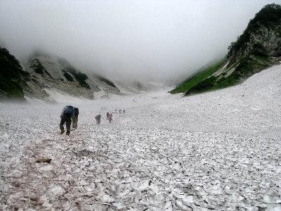 22雪渓を登り始める(ss)