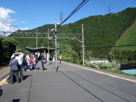 80電車を待つ